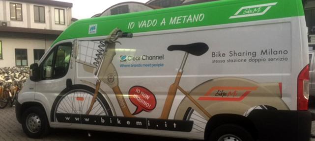 Mobilità. BikeMi, superati i 15 milioni di prelievi. Dal 2009 percorsi 674 giri della terra