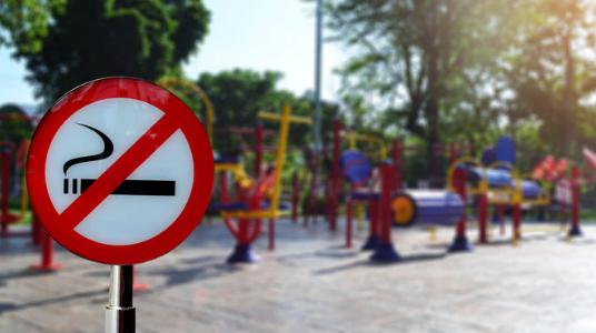 Qualità dell'aria. Aree gioco, verdi e fermate dei mezzi pubblici, al via da oggi il divieto di fumo