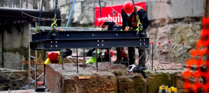 M4: in corso le attività di spostamento delle mura di interesse archeologico dal cantiere De Amicis